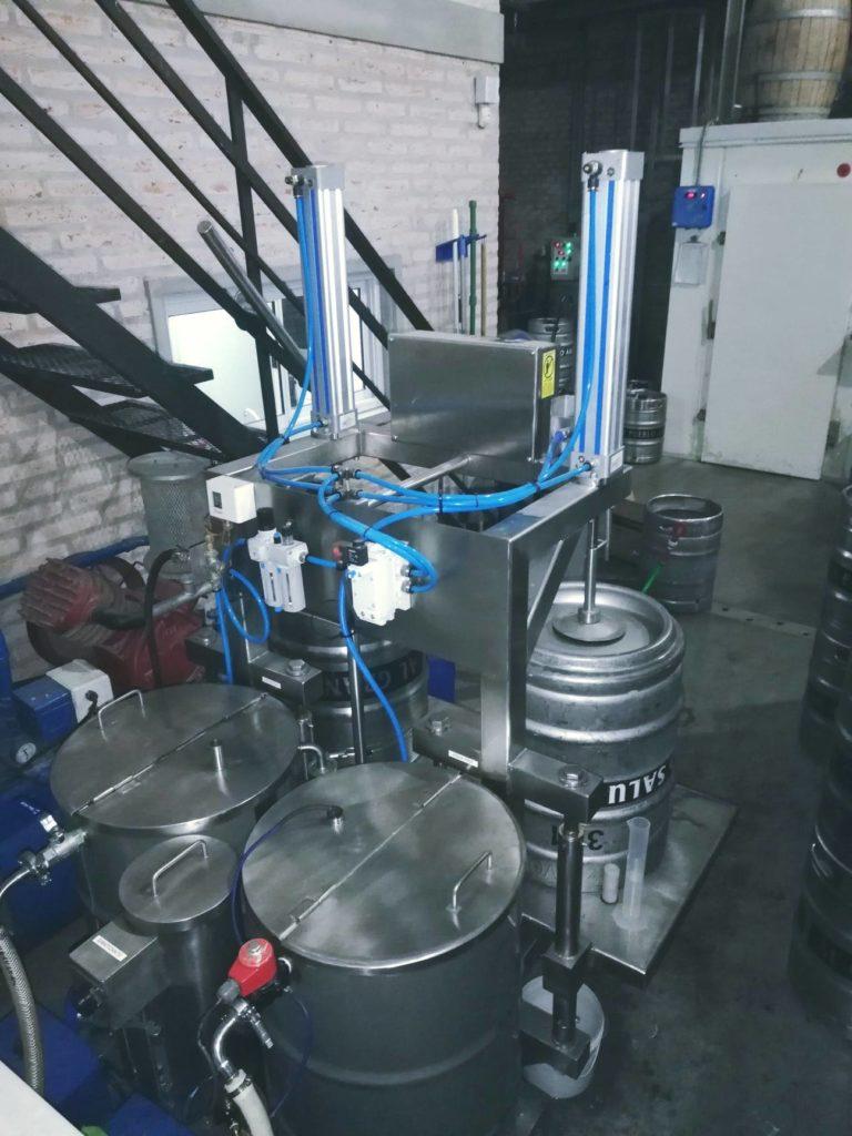 Lavadora automática de Barriles en la fábrica de cerveza Volk, Rosario.
