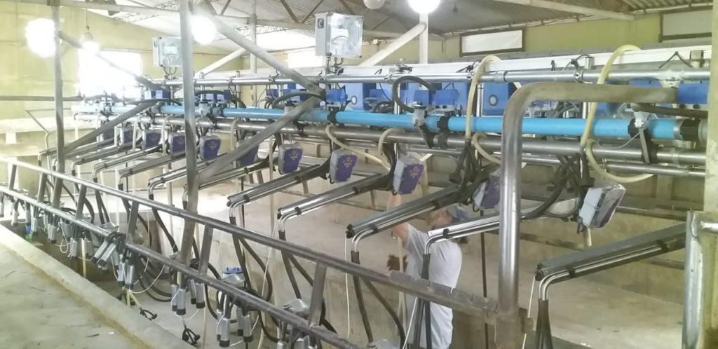 Instalación de 12 Brazos de Posicionamiento con Extractores Automáticos de Pezoneras en Rafaela, Santa Fe